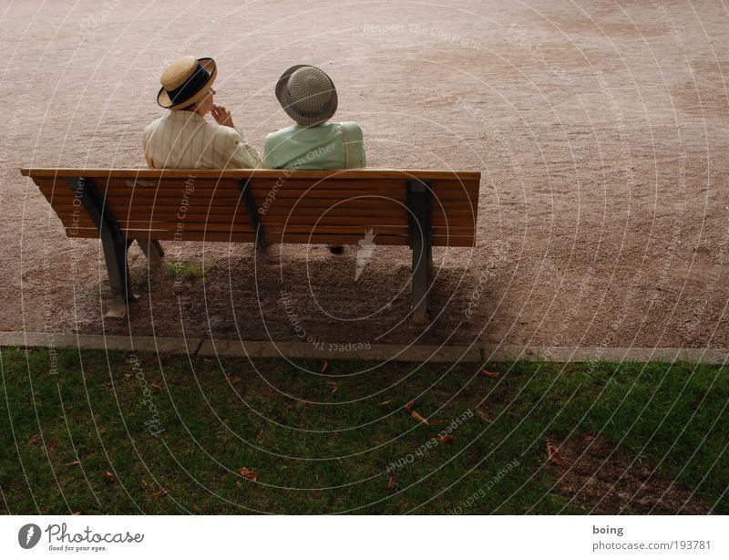 zwei Damen auf einer Bank elegant Freizeit & Hobby Parkbanksitzen Weiblicher Senior Frau 2 Mensch 60 und älter Platz Hut Blick Zusammensein Lebensfreude