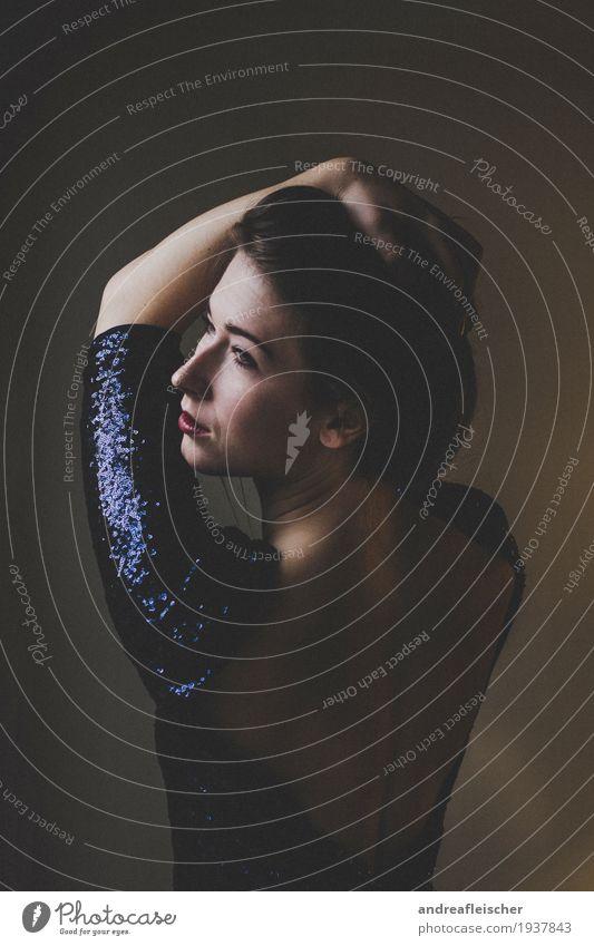 Junge Frau steht am Fenster Mensch Jugendliche schön Einsamkeit ruhig 18-30 Jahre Erwachsene Bewegung feminin träumen elegant authentisch Sicherheit Sehnsucht