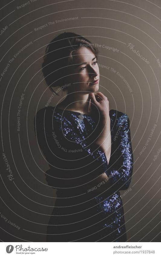 Junge Frau steht am Fenster feminin Jugendliche 1 Mensch 18-30 Jahre Erwachsene Schauspieler Tänzer Kleid brünett Pony Zopf Kraft ruhig Selbstbeherrschung