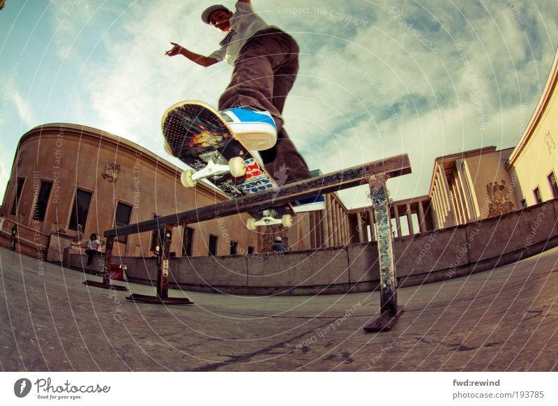Sssslide Freude Sommer Skateboarding Mensch maskulin Junger Mann Jugendliche 18-30 Jahre Erwachsene Hauptstadt Architektur Turnschuh Bewegung Sport nah