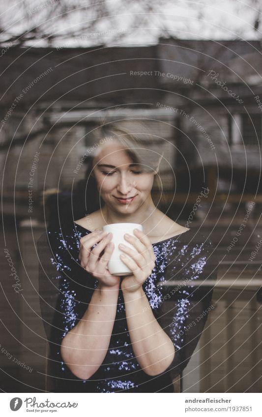 Ein Tässchen Kaffee ist immer gut elegant harmonisch Wohlgefühl Zufriedenheit Erholung Wohnung Haus Wohnzimmer feminin Junge Frau Jugendliche 1 Mensch