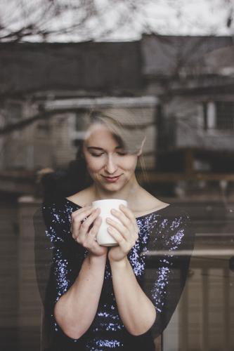 Ein Tässchen Kaffee ist immer gut Mensch Jugendliche Junge Frau Erholung Haus 18-30 Jahre Erwachsene Wärme Liebe feminin Glück Wohnung Zufriedenheit glänzend
