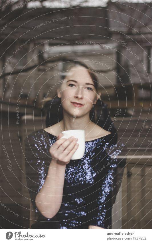 Ein Tässchen Tee ist immer gut schön Gesundheit harmonisch Zufriedenheit Erholung ruhig Haus Wohnzimmer Küche feminin Junge Frau Jugendliche Leben 1 Mensch