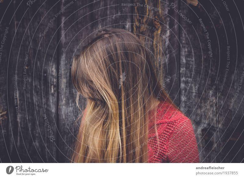 Hide & Seek feminin Junge Frau Jugendliche Leben 1 Mensch 18-30 Jahre Erwachsene Pullover brünett blond langhaarig Scheitel Pony träumen Traurigkeit