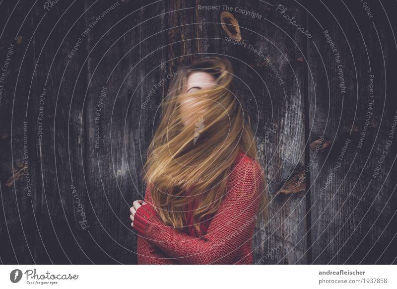 Vom Winde verweht feminin Junge Frau Jugendliche Leben 1 Mensch 18-30 Jahre Erwachsene Pullover blond langhaarig Bewegung Gefühle Stimmung authentisch beweglich