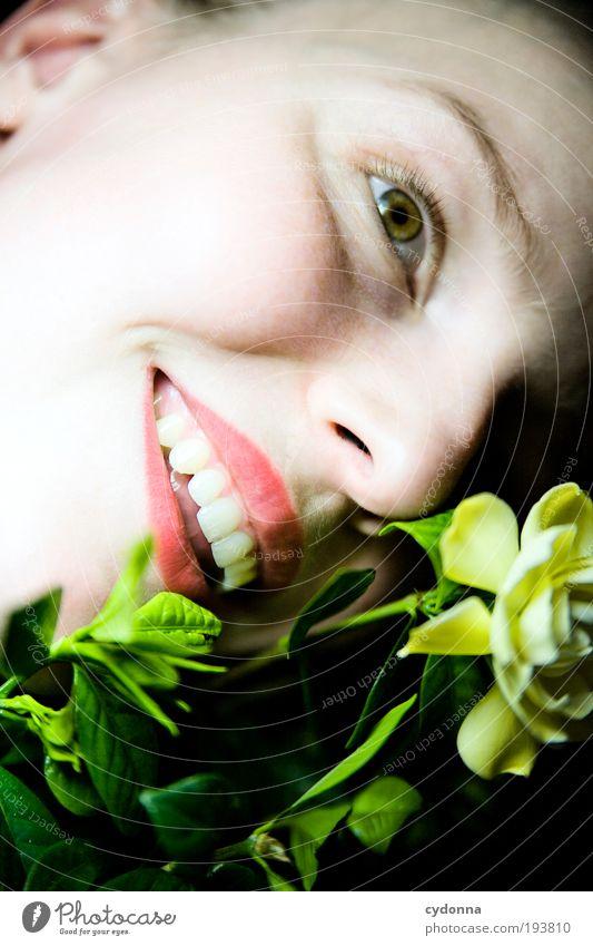 Naturfreund Mensch Frau Jugendliche schön Pflanze Blume Freude Gesicht Erwachsene Leben lachen Stil träumen Gesundheit Zufriedenheit elegant