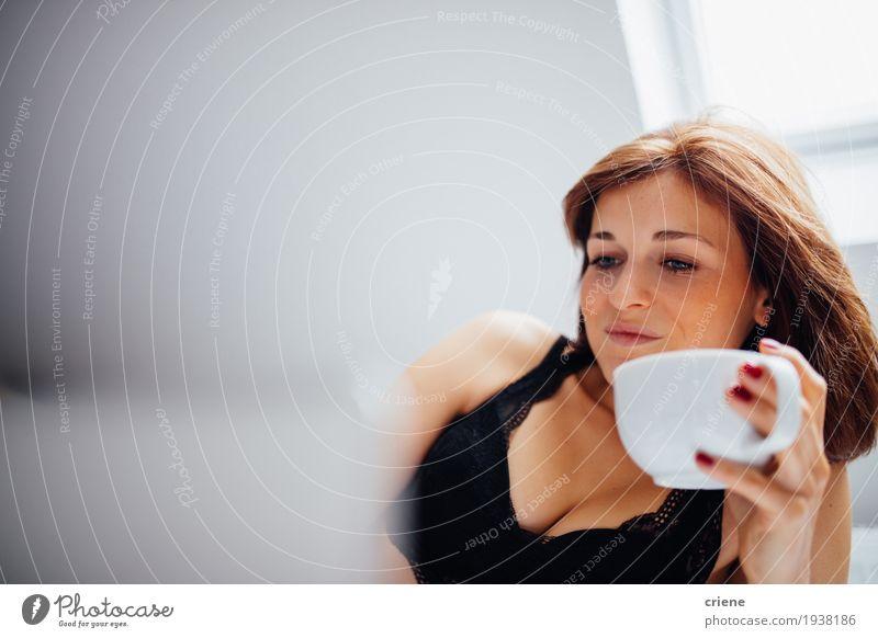 Mensch Jugendliche Junge Frau Hand Freude Lifestyle feminin Wohnung liegen frisch Technik & Technologie Fröhlichkeit genießen Lächeln Kaffee lecker