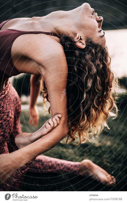 Junge Frauen, die draußen flexible Yogaübung tun Lifestyle schön Körperpflege Gesundheit sportlich Fitness Leben harmonisch Wohlgefühl Freizeit & Hobby Sport
