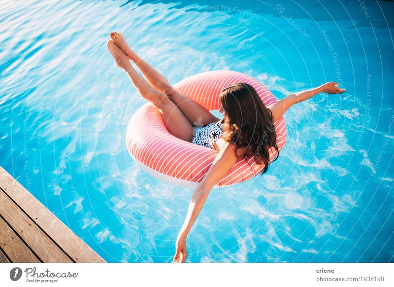 Attraktive junge Frauen, die im Swimmingpool sich entspannen. Lifestyle Freude schön Wohlgefühl Erholung Schwimmbad Freizeit & Hobby Ferien & Urlaub & Reisen