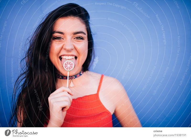 Frau Jugendliche blau Junge Frau schön Hand Freude Erwachsene Essen Lifestyle Glück Lebensmittel Freiheit Frucht Lächeln Süßwaren