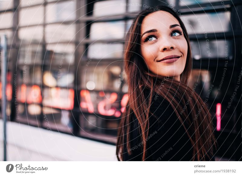 Portrait der glücklichen lächelnden jungen Frauen Lifestyle Freude Mensch Junge Frau Jugendliche Erwachsene 18-30 Jahre brünett Lächeln Glück schön Gefühle
