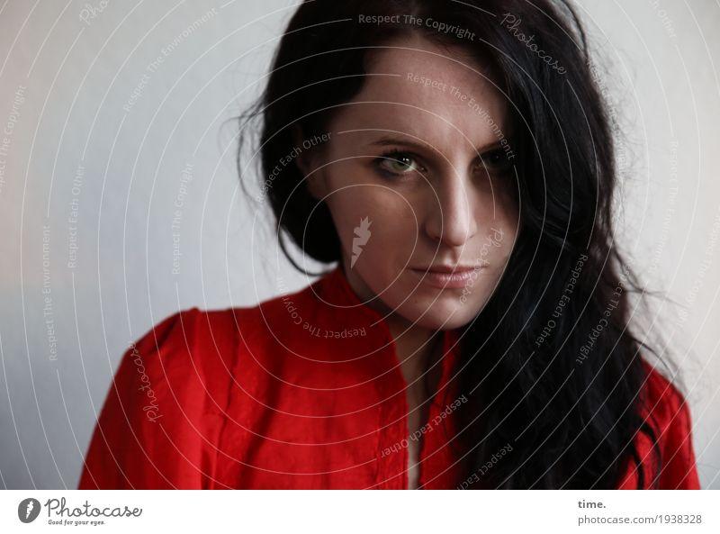 Annika feminin Frau Erwachsene 1 Mensch Kleid Haare & Frisuren schwarzhaarig langhaarig beobachten Blick dunkel schön Wachsamkeit Neugier Sorge Unlust Schmerz