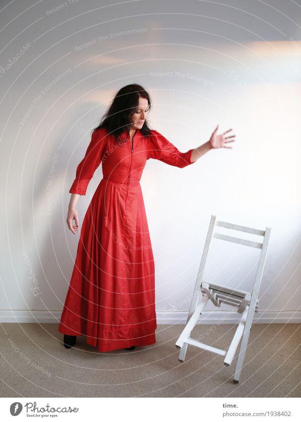 Annika Stuhl Raum feminin Frau Erwachsene 1 Mensch Schauspieler Kleid schwarzhaarig langhaarig beobachten fallen Blick stehen werfen schön selbstbewußt Kraft