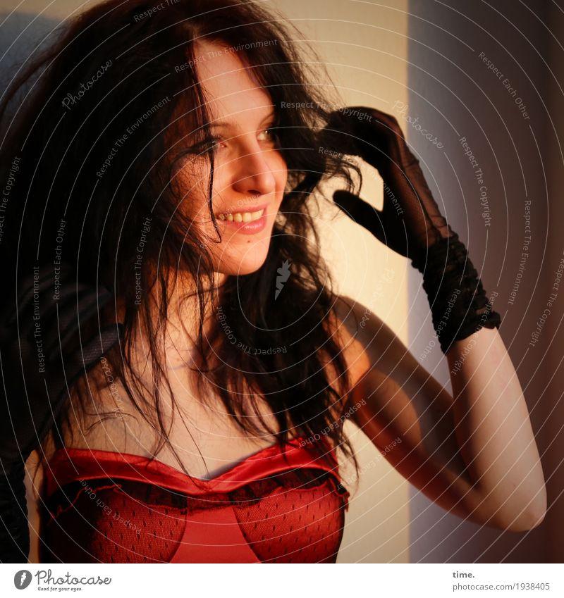 Annika feminin Frau Erwachsene 1 Mensch Schauspieler Kleid Handschuhe brünett Scheitel beobachten festhalten Lächeln lachen Blick warten Erotik schön wild