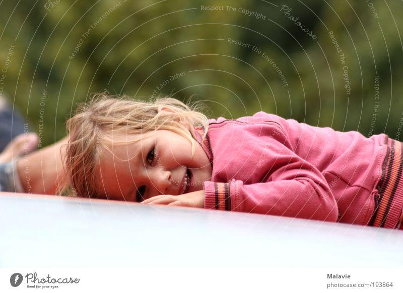 Ein Lächeln geht noch.... Freude Spielen Ausflug Mensch Kleinkind Mädchen 1 3-8 Jahre Kind Kindheit Natur Schönes Wetter Sträucher Park Pullover blond Erholung