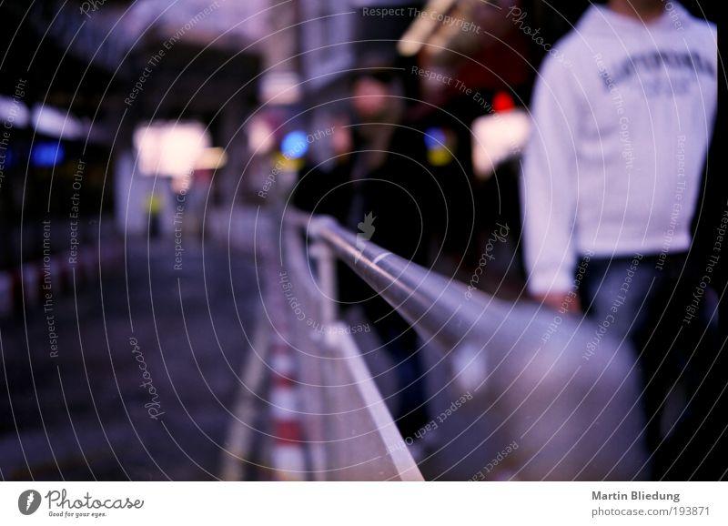 get a grip! weiß Stadt blau rot Straße Bewegung grau Metall gehen Perspektive Ordnung Wandel & Veränderung Baustelle fest festhalten Zaun