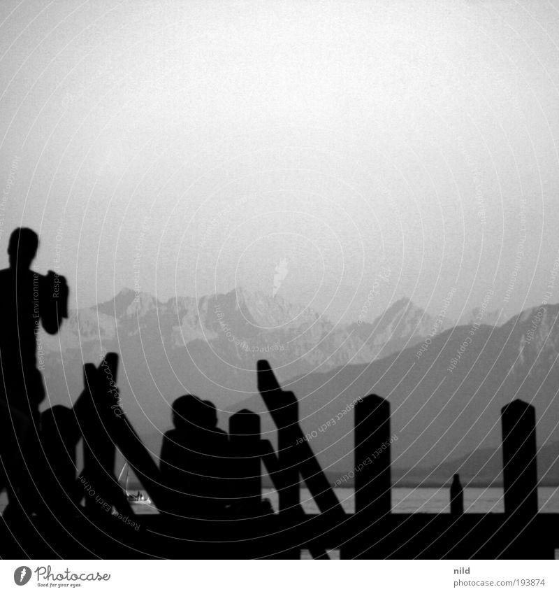 baden mit bergblick Mensch Natur Jugendliche Wasser Sonne Sommer Strand Freude Erholung Berge u. Gebirge Menschengruppe See Zufriedenheit Schwimmen & Baden Freizeit & Hobby Alpen