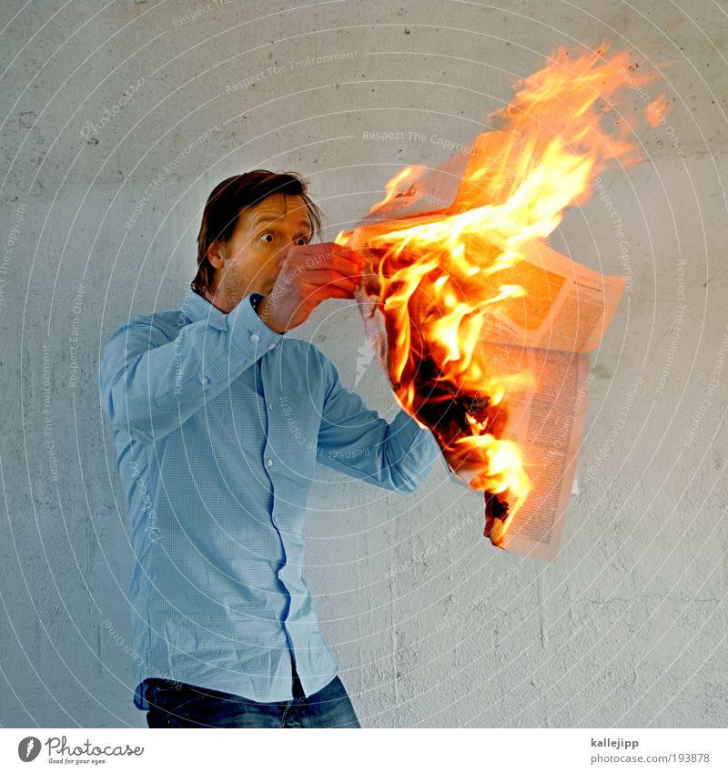 brandaktuell Mensch Mann Erwachsene Leben Business maskulin Brand Energie Feuer Papier bedrohlich lesen Information Zeitung Medien Krieg