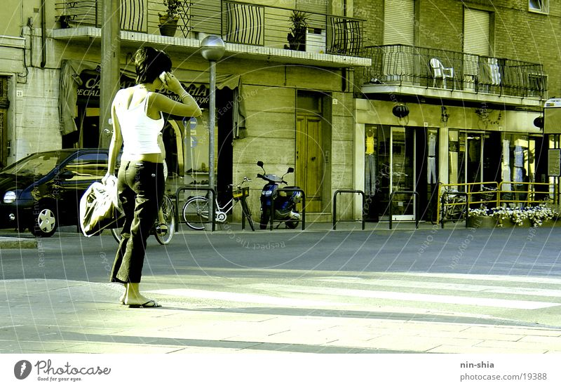 Telefongespräch Frau Mensch Stadt sprechen warten Telefon Italien Handy Telekommunikation Telefongespräch