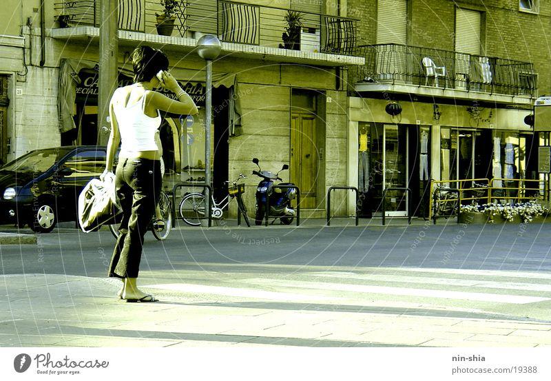 Telefongespräch Frau Mensch Stadt sprechen warten Italien Handy Telekommunikation