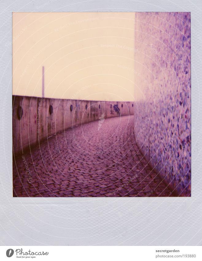 wer weiss schon, was einen hinter der nächsten biegung erwartet. blau ruhig Einsamkeit gelb Ferne Wand Mauer Wege & Pfade Architektur rosa Nebel Beton Fassade