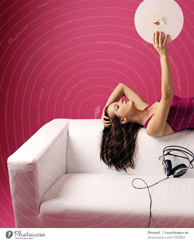 ultraschall Mensch Jugendliche weiß schön Erwachsene feminin Party Stil träumen Musik Tanzen rosa elegant Design liegen Häusliches Leben