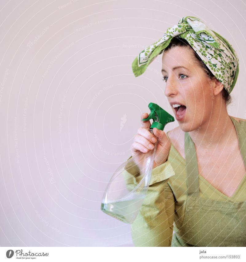 Seifenoper Frau grün feminin lustig Erwachsene Ordnung Sauberkeit Reinigen Porträt Haushaltschemikalien Flasche singen Blick Verpackung Textfreiraum links