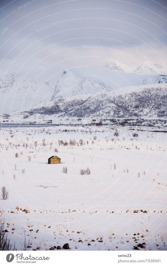 Einsame Hütte im Schnee Umwelt Natur Landschaft Wolken Winter Wetter Eis Frost Schneefall Feld Berge u. Gebirge Gipfel Menschenleer Wasser Erholung