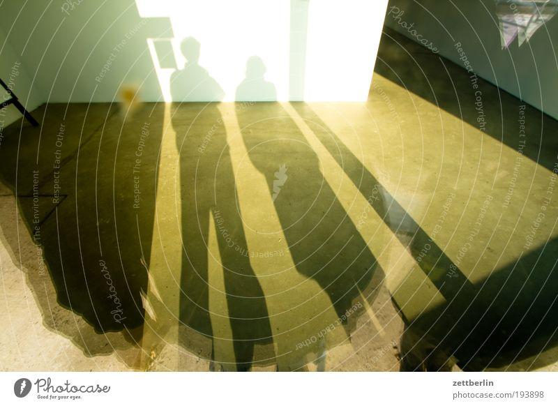 Paarschatten Schatten Licht Strukturen & Formen Weitwinkel paarweise Schaufenster Glas stehen leer ausdruckslos Leerstand Ladengeschäft
