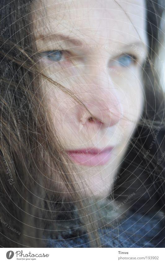 Zuversicht, Skepsis und ein wenig Rückenwind Frau schön Gesicht ruhig Auge feminin Gefühle Bewegung Haare & Frisuren Kopf Mund Zufriedenheit Stimmung Erwachsene