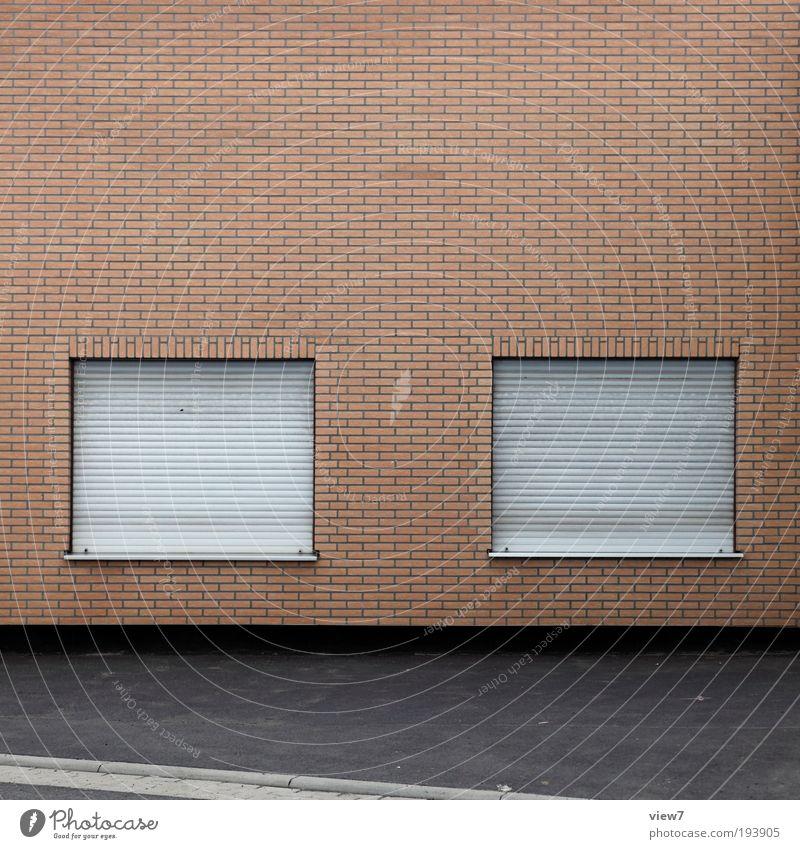Fenster eins und Fenster zwei. Haus Ferne Straße kalt Wand Stein Mauer Linie Metall Beton Fassade modern Ordnung trist Fabrik
