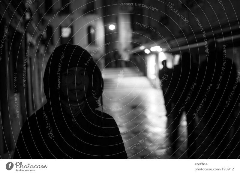 schattig Mensch Jugendliche Stadt Erwachsene 18-30 Jahre Junge Frau Kapuze Venedig Altstadt Nachtleben Umwelt Schwarzweißfoto ausgehen