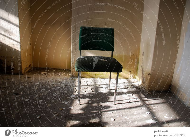sonniger Einfall alt Wand Innenarchitektur Mauer liegen Lifestyle Raum dreckig Häusliches Leben stehen geschlossen Armut Schönes Wetter Bodenbelag kaputt