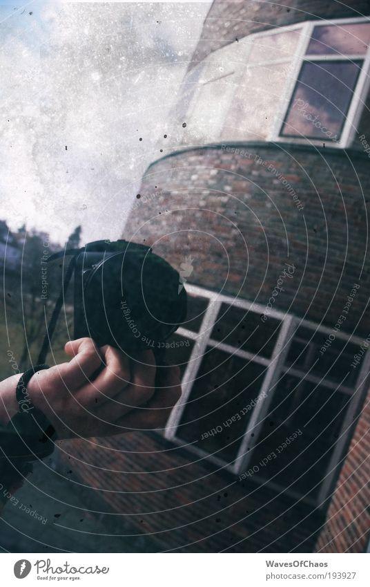 """""""Und er ist immer dahin gegangen, wo auch ich hingegangen bin."""" Hand Gefühle Bewegung Stein Kunst dreckig Glas retro Kommunizieren authentisch Fotokamera einzigartig trashig Nostalgie exotisch"""