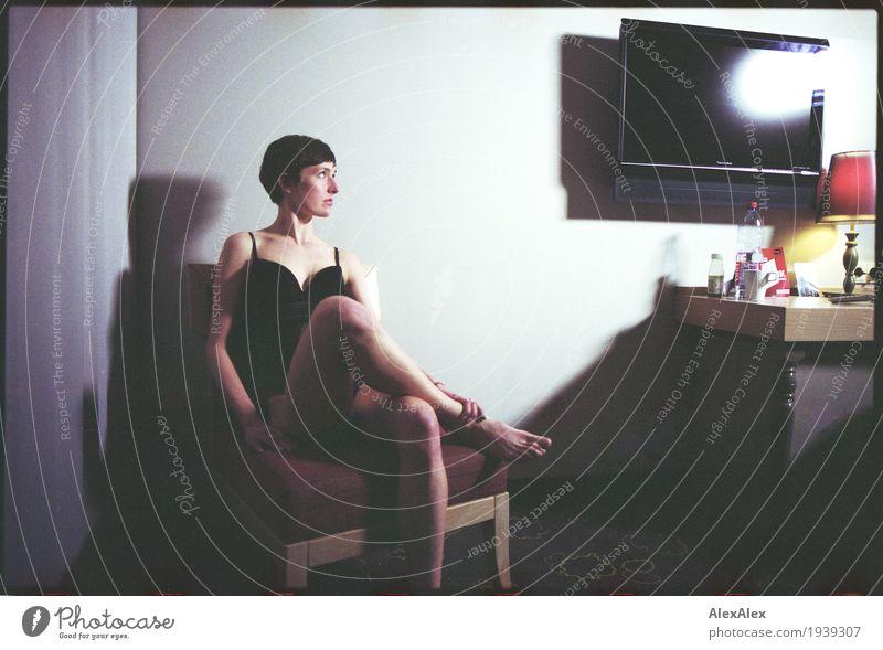 des nachts im Hotel elegant Stil Nachtleben Flirten cinematografisch Fernseher Lampe Tisch Stuhl Junge Frau Jugendliche Gesicht Beine Fuß 18-30 Jahre Erwachsene