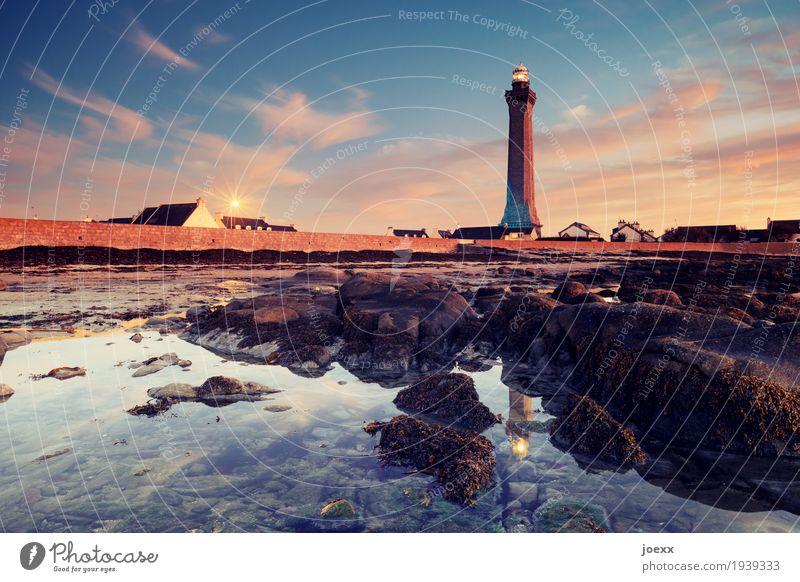Da wo wir sind Himmel alt Wasser ruhig Strand Wand Küste Mauer Felsen Schönes Wetter groß hoch Schutz Sicherheit Frankreich Leuchtturm