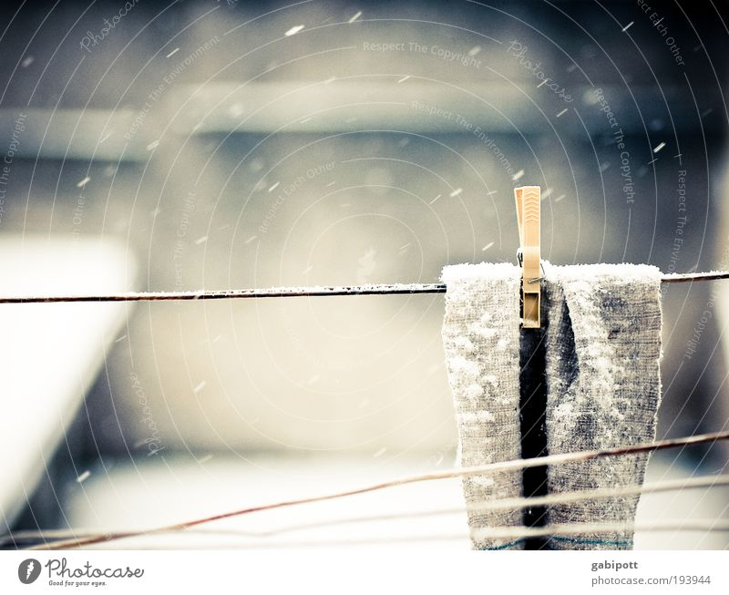 Wo die Lappen wohnen Putztuch Wäscheleine Wäscheklammern Seil Bauernhof Schnee Schneeflocke Traurigkeit Häusliches Leben Armut kalt braun grau Ordnungsliebe