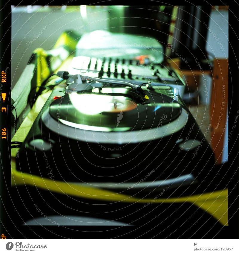 plattenteller dunkel Filmindustrie Diskjockey Dia Experiment Unterhaltungselektronik Reflexion & Spiegelung Medien Unschärfe Silhouette Plattenspieler