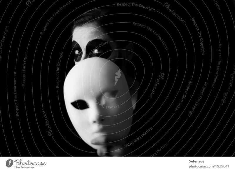 Identitätsproblem Karneval Halloween Mensch feminin Kopf Gesicht Auge 1 Maske beobachten gruselig Scham Hemmung Nervosität verstört Schüchternheit Feigheit