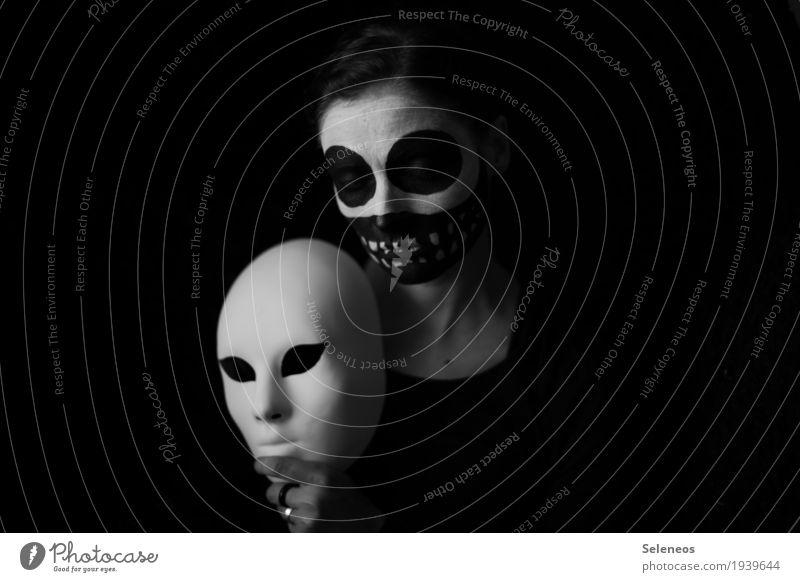 Secure your mask before you help others Halloween Mensch feminin Frau Erwachsene 1 Maske gruselig schwarz weiß Gefühle Stimmung Traurigkeit verstört
