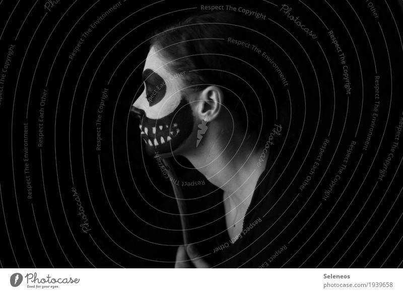 Maskenball Kosmetik Schminke Karneval Halloween Mensch feminin Frau Erwachsene Gesicht 1 gruselig Traurigkeit verstört Schädel Schwarzweißfoto Innenaufnahme