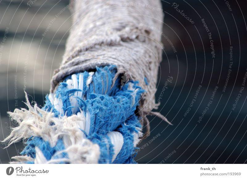 An Festes binden blau Wasser weiß Ferien & Urlaub & Reisen Meer ruhig grau hell nass liegen Seil Hoffnung Sicherheit Güterverkehr & Logistik Kunststoff Hafen