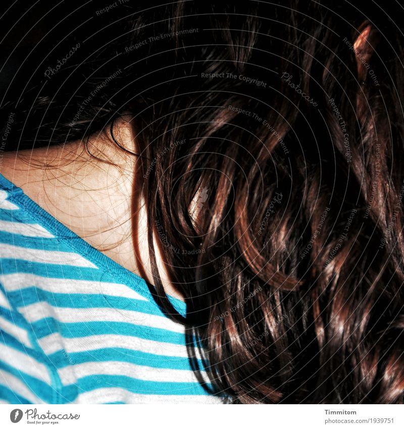 Jung. Mensch feminin Junge Frau Jugendliche Haare & Frisuren Ohr Schulter 1 T-Shirt brünett langhaarig braun türkis weiß Haut Farbfoto Innenaufnahme Abend