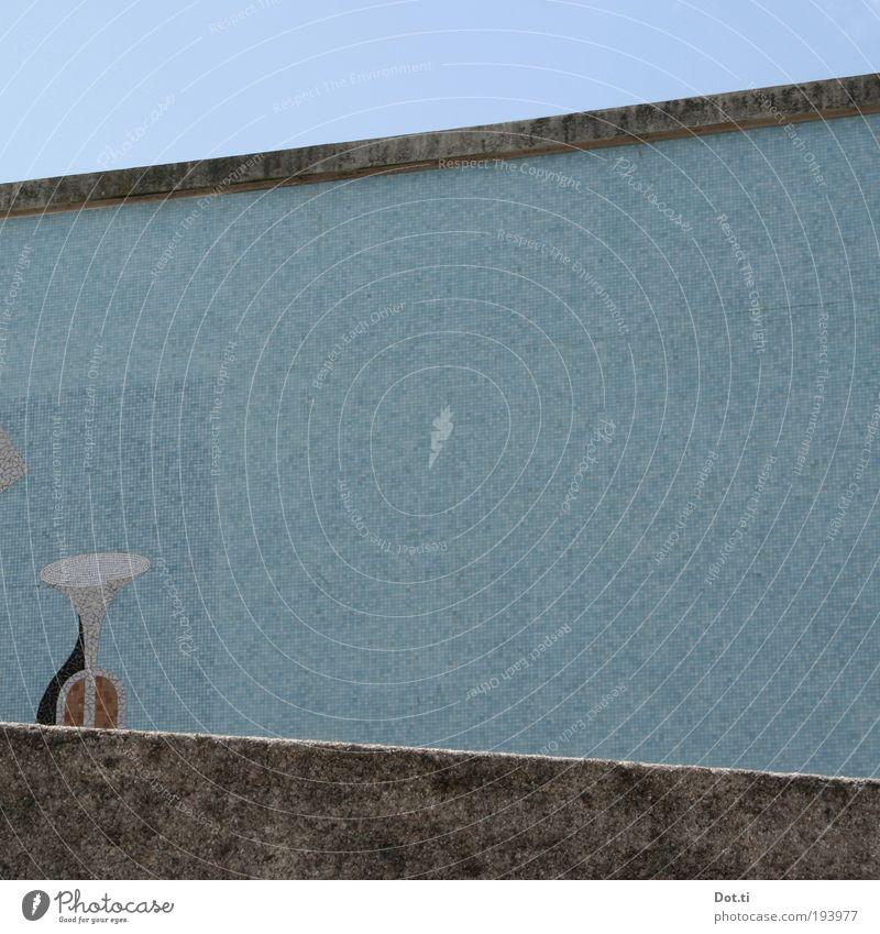 Fanfare Musik Menschenleer Gebäude Mauer Wand retro blau Mosaik Mosaiksteinchen dekorativ schräg Musikinstrument Trompete Posaune Tusch Fanfarenstoß