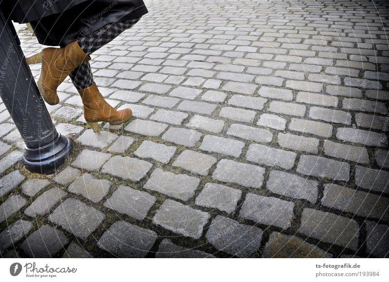 Basta Pflasta II Frau Mensch Jugendliche schwarz Erwachsene Straße feminin grau Stein Beine Fuß braun warten Platz stehen Laterne