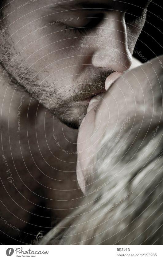 Die Welt steht still... maskulin feminin Paar Kopf 2 Mensch 18-30 Jahre Jugendliche Erwachsene Bart Vollbart berühren genießen Küssen träumen ästhetisch Duft