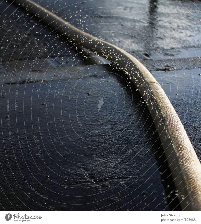 löschen Straße Wasser bauen frisch nass blau schwarz weiß Löschschlauch Loch Wassertropfen Schlauch Gartenschlauch Sommer glänzend Perlend Erfrischung spritzig