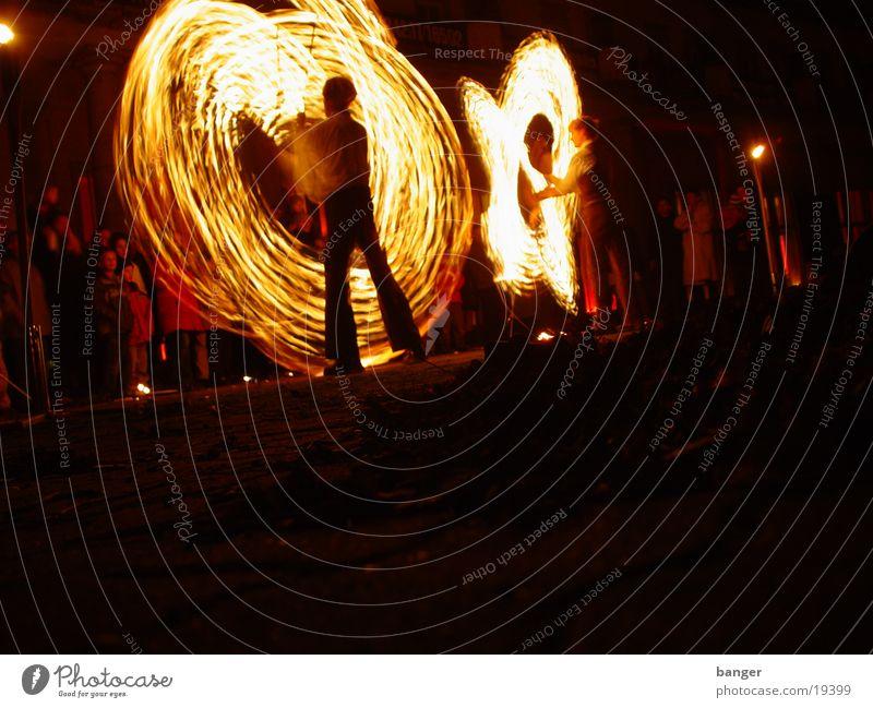 Feuer I Licht brennen Show heiß gefährlich Menschengruppe Brand Tanzen Musik bedrohlich