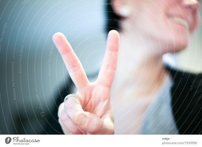 V Mensch Frau Hand Freude Gesicht Erwachsene Leben Gefühle lachen Stimmung Freizeit & Hobby Zufriedenheit 45-60 Jahre Erfolg Fröhlichkeit Lächeln