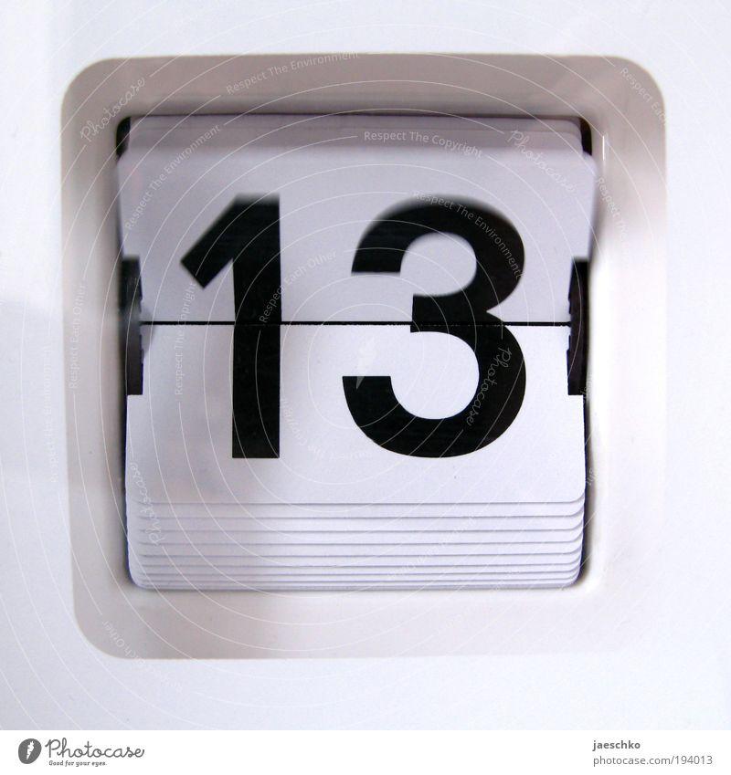 Freitag weiß schwarz Zeit Uhr Zukunft Wandel & Veränderung Ziffern & Zahlen Vergänglichkeit Symbole & Metaphern Zeichen Kalender analog Zukunftsangst